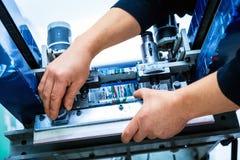 Pracownika położenia druku przesiewania metalu maszyna Zdjęcia Royalty Free