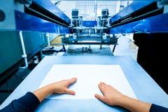 Pracownika położenia druku przesiewania metalu maszyna Fotografia Stock