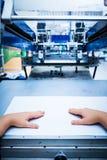 Pracownika położenia druku przesiewania metalu maszyna Zdjęcie Stock
