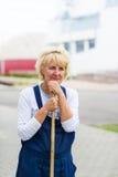 Pracownika portreta cleaning miasta ulica z miotły narzędziem obraz stock
