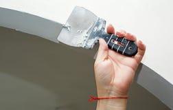 Pracownika pracujący manuał z ściennym gipsowań narzędzi inside dom Zdjęcie Stock