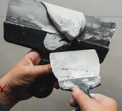 Pracownika pracujący manuał z ściennym gipsowań narzędzi inside dom Obraz Royalty Free