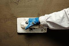 Pracownika pracujący manuał z ściennymi gipsowań narzędziami Zdjęcie Stock
