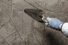 Pracownika pracujący manuał z ściennymi gipsowań narzędziami Obraz Royalty Free