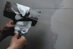 Pracownika pracujący manuał z ściennymi gipsowań narzędziami Fotografia Royalty Free