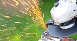Pracownika rozcięcia metal z ostrzarzem Fotografia Royalty Free
