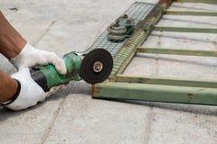 Pracownika rozcięcia metal z ostrzarzem Zdjęcie Royalty Free