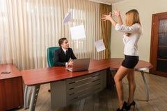 Pracownika rzutu papiery w szefa biurze zdjęcie royalty free