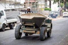 Pracownika tipper napędowa ciężarówka na drodze fotografia stock