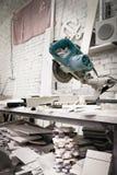Pracownika tnący metal, kamienna produkcja, piękny kamienny rozcięcie zdjęcie stock