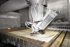 Pracownika tnący metal, kamienna produkcja, piękny kamienny rozcięcie zdjęcie royalty free