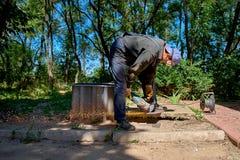 Pracownika tnący metal z ostrzarzem, w na wolnym powietrzu Zdjęcia Royalty Free