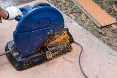 pracownika tnący metal z stalowymi krajaczami maszynowymi Fotografia Stock