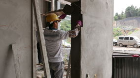 Pracownika Troweling ściany i Drzwiowa rama na budowie zbiory wideo