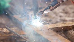 Pracownika use elektryczny spaw dla ciąć dziura metal zdjęcie wideo