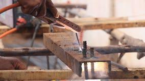 Pracownika use elektryczny spaw dla ciąć dziura metal zbiory wideo