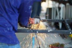 Pracownika use ostrzarza stalowy rozcięcie tworzy metal stali stół Technik przemysłowy obrazy royalty free