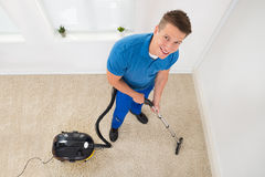 Pracownika Vacuuming dywan Fotografia Royalty Free