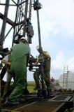 Pracownika świderu dziura i zbiera glebowe próbki w gazu i oleju dochodzenia pracie Obrazy Royalty Free