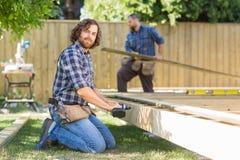 Pracownika Wiertniczy drewno Przy budową Obrazy Royalty Free