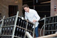 Pracownika wina poruszające butelki Zdjęcia Royalty Free