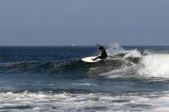 Practicando surf en Abreojos, Baja, México foto de archivo