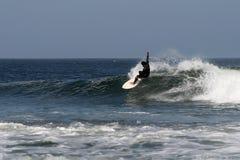 Practicando surf en Abreojos, Baja, México Imagen de archivo