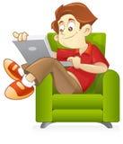 Practicar surf el Internet en el sofá Fotos de archivo