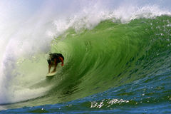 Practicar surf el tubo de una onda fotografía de archivo