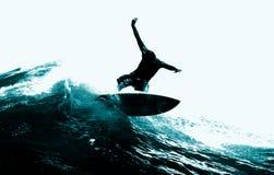 Practicar surf la onda Imágenes de archivo libres de regalías