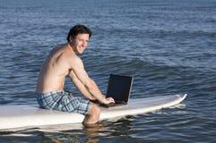 Practicar surf la red Fotografía de archivo