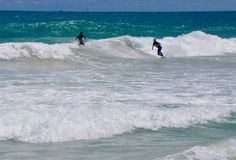 Practicar surf las crestas en la playa de Scarborough, Australia occidental foto de archivo