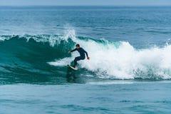 Practicar surf las ondas foto de archivo