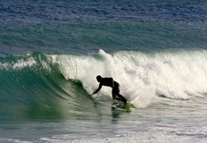 Practicar surf las ondas Fotografía de archivo libre de regalías