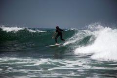 Practicar surf las ondas Foto de archivo libre de regalías
