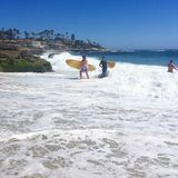 Practicar surf las ondas Imagenes de archivo