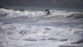Practicar surf las ondas Cornualles, Reino Unido