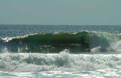 Practicar surf las ondas de Playa Negra Fotos de archivo libres de regalías