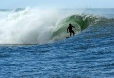 Practicar surf un barril Fotos de archivo libres de regalías