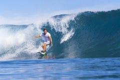 Practicar surf una onda fotografía de archivo