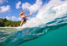 Practicar surf una onda. Foto de archivo