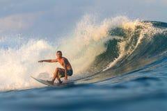 Practicar surf una onda. Fotografía de archivo libre de regalías