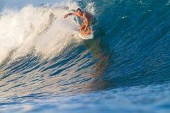 Practicar surf una onda. Imagenes de archivo