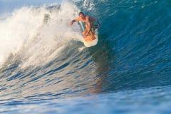 Practicar surf una onda. Imagen de archivo