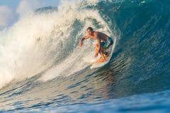 Practicar surf una onda. Imágenes de archivo libres de regalías