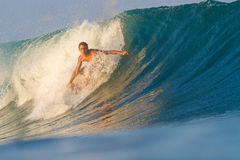 Practicar surf una onda. Foto de archivo libre de regalías