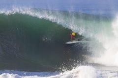 Practicar surf una onda. Fotografía de archivo