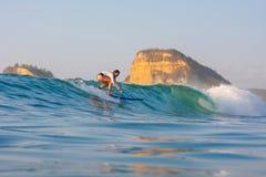 Practicar surf una onda foto de archivo libre de regalías