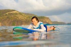 Practicar surf una onda fotos de archivo libres de regalías