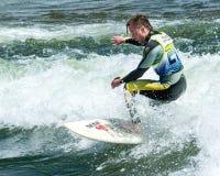 Practicar surf una onda del río Fotografía de archivo libre de regalías